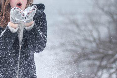 Zima nas nie zaskoczy - czyli co warto mieć w szafie, gdy spadnie śnieg